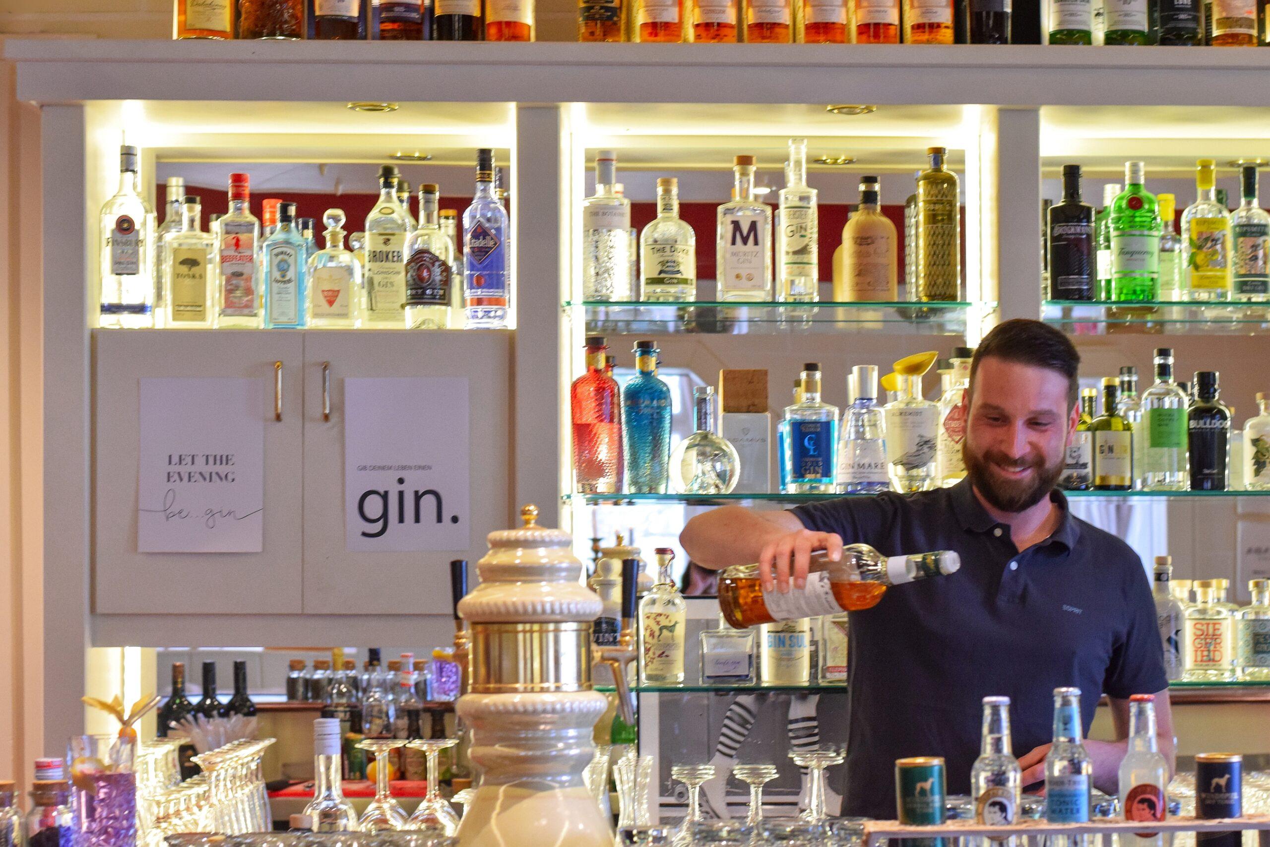 Barkeeper Thomas WS scaled